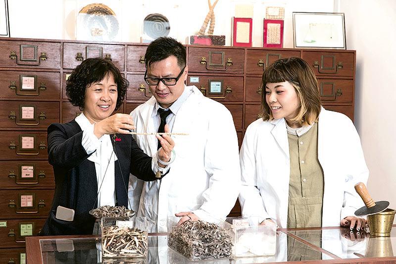 劉玉萍博士 (左) 眼見由零開始的學員劉嘉強 (中) 及葉嘉汶 (右) 用心學習,一步一步紮實技能根基,令她感到十分欣慰。