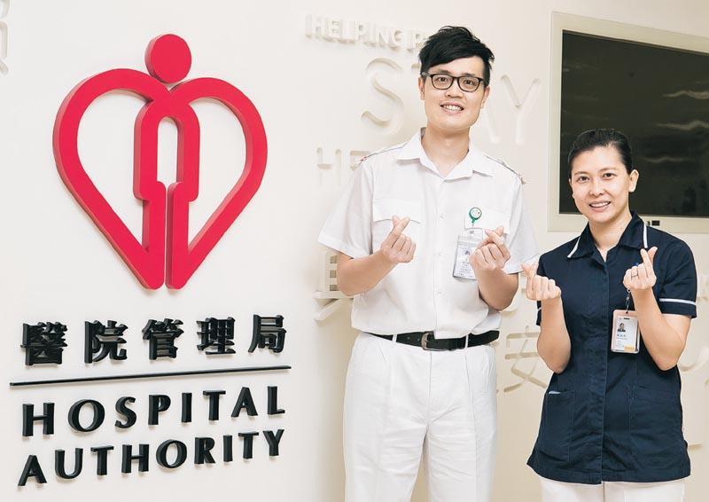 兩名註冊護士梁文俊 (左) 和陳凱彤 (右) 透過修讀醫管局的註冊護士課程入行,實現助人的理想。