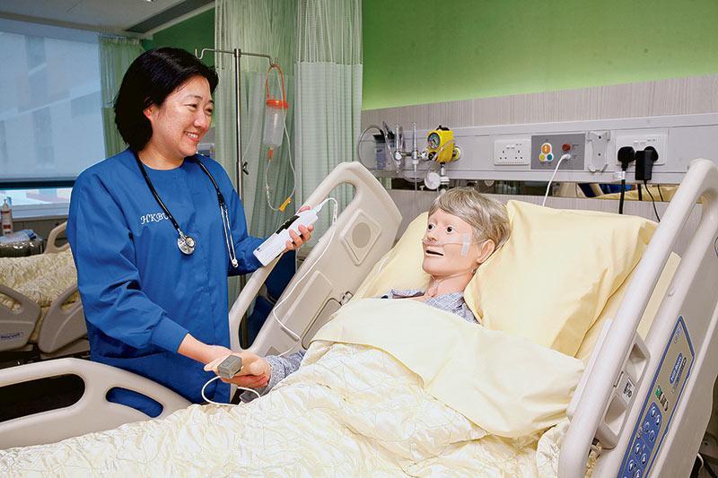 講師利用脈搏血氧儀示範替病人測量血液含氧量及心跳等。