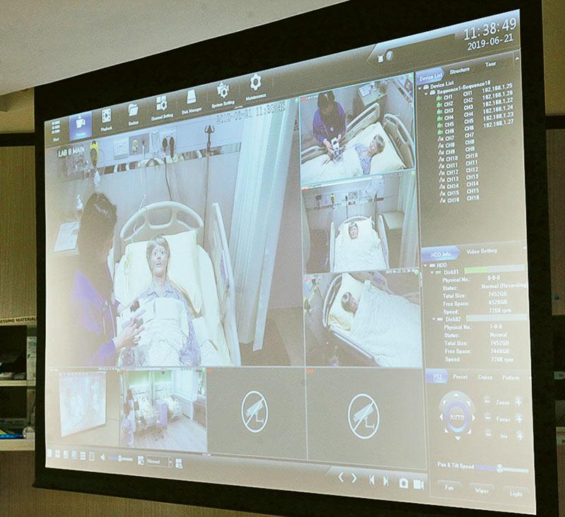 護理實習室的部分病床設有360度錄影鏡頭及連接大屏幕,讓學生可同一時間觀看不同老師在不同空間和場景的示範,提升教與學的效果。