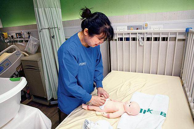 護理實習室內設不同年紀、性別的模擬病人,方便學生學習面對不同的護理情景。
