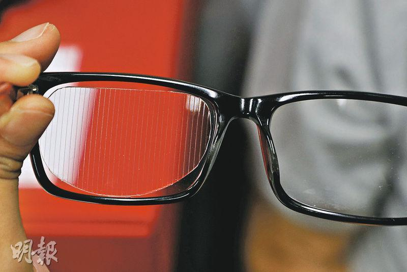 如患者有斜視、重影(複視)等問題,可接受視覺矯正服務,視覺矯正師會為患者在眼鏡「加裝」三稜鏡片(圖),有助紓緩問題。(林靄怡攝)