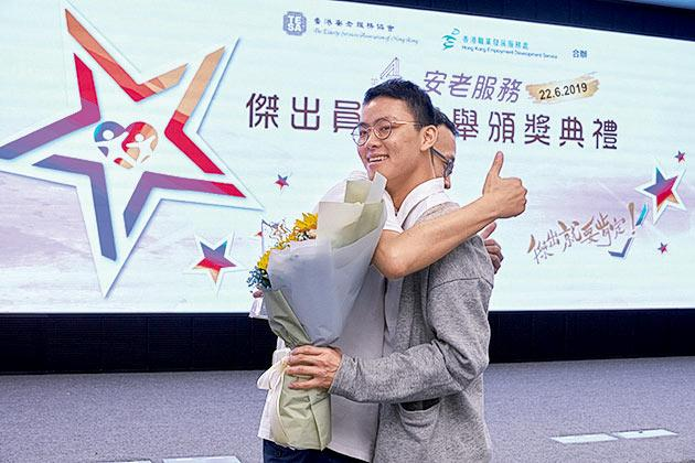 香港基督教服務處長者、復康及社區職業治療師陳卓堯(圖右)