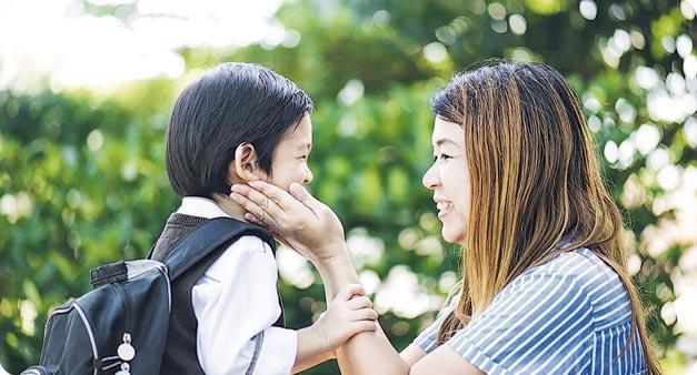 家長應多讚賞、鼓勵孩子,同時避免過分保護,否則他們長大後容易出現害羞性格。(anurakpong@iStockphoto提供)