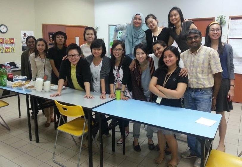 陳嘉玲 (前排中間長髮、佩戴眼鏡者) 在新加坡工作時,同事來自不同國家,雖然大家文化不同,但相處十分融洽。