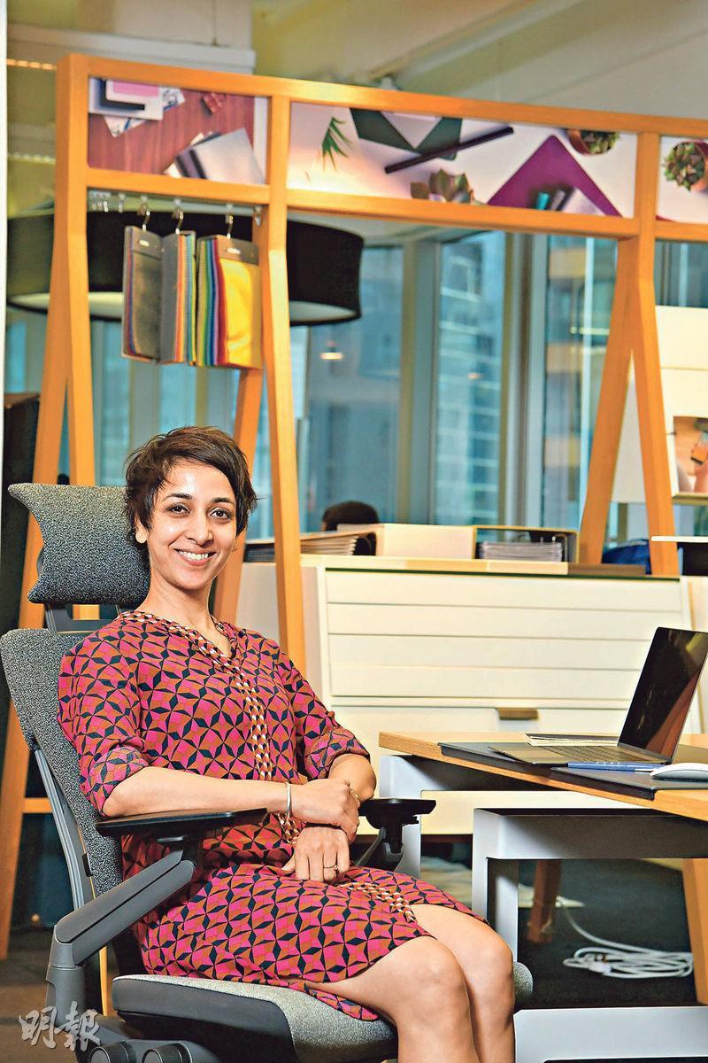 Steelcase亞太區產品經理Navedita Shergill認為,即使今天流動辦公模式漸趨普及,但不代表人們坐着辦公的時間減少,一張舒適的座椅十分重要。(黃志東攝)