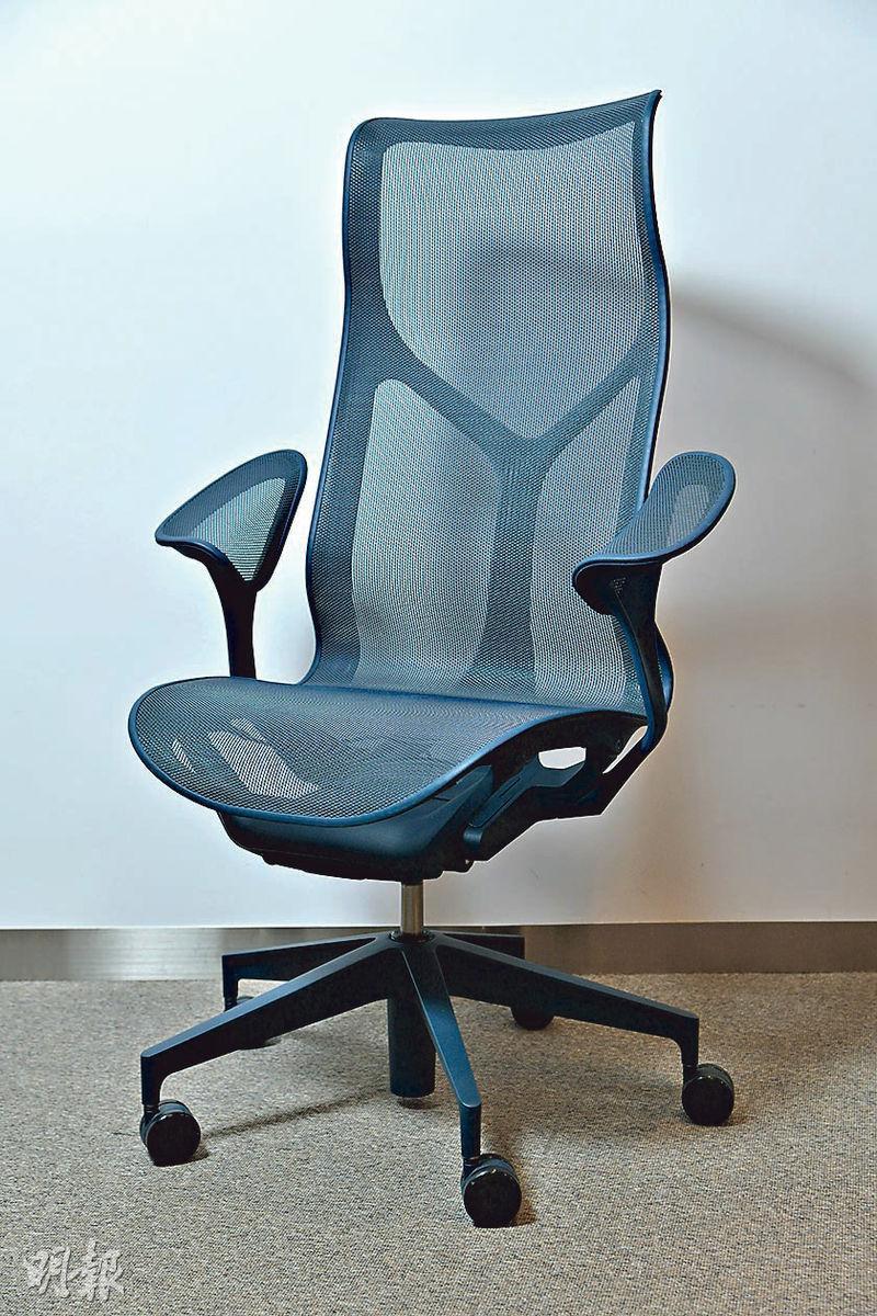 Cosm辦公椅的椅背與坐墊由同一塊物料連接而成,可以顧及每一節脊椎,有力承托背部及盆骨。(黃志東攝)