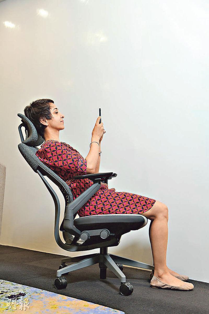 Gesture辦公椅,針對使用多種電子工具的長工時工作者。扶手可靈活調校,即使向後躺,眼睛仍能時刻與屏幕保持水平視線。(黃志東攝)