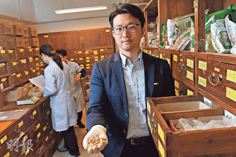 香港中醫藥服務中心總經理朱立城表示,公司的百子櫃有680多種中藥材。
