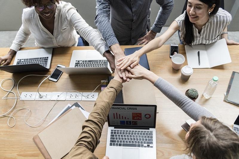 從事中層管理人員,既要做好份內事,亦要顧及份外事。具備良好的溝通表達及領導能力、靈活的管理手腕,有助打造快樂的工作團隊,發揮 1+1>2 的作用。