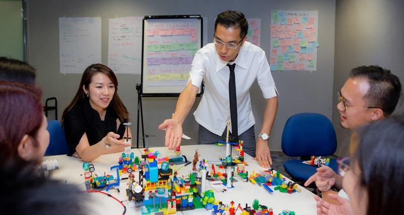生產力學院課程導師 Brian Tang (白衣者) 指,近年「Lego Serious Play」的應用日漸興起,以 Lego 作為工具,引導參與者思考與解決問題。