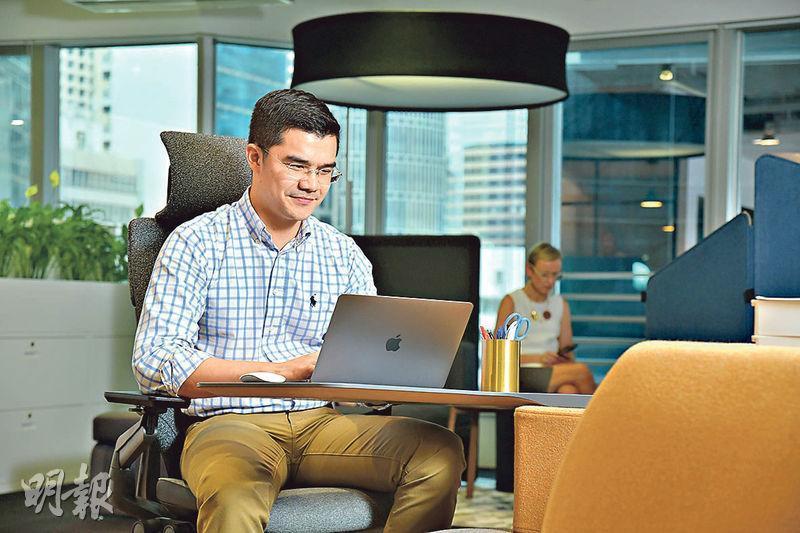 香港人工時是全球之冠,一張符合人體工學的辦公椅,長遠來說對脊椎健康有利無害。(黃志東攝)