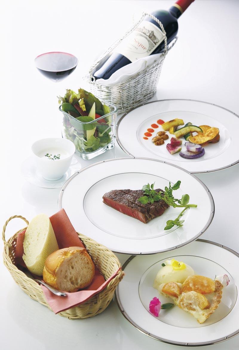 品酒師要懂得按照客人的口味、所點的菜式,挑選最合適的葡萄酒。