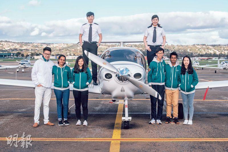 夢想高飛——國泰航空為年輕人舉辦的「飛躍理想計劃」踏入第8屆。見習機師譚源(後排左)、郭思彥(後排右)和機師張子洛(左一)都是年少時受計劃啟發,一步步實踐飛行夢。(馮凱鍵攝)
