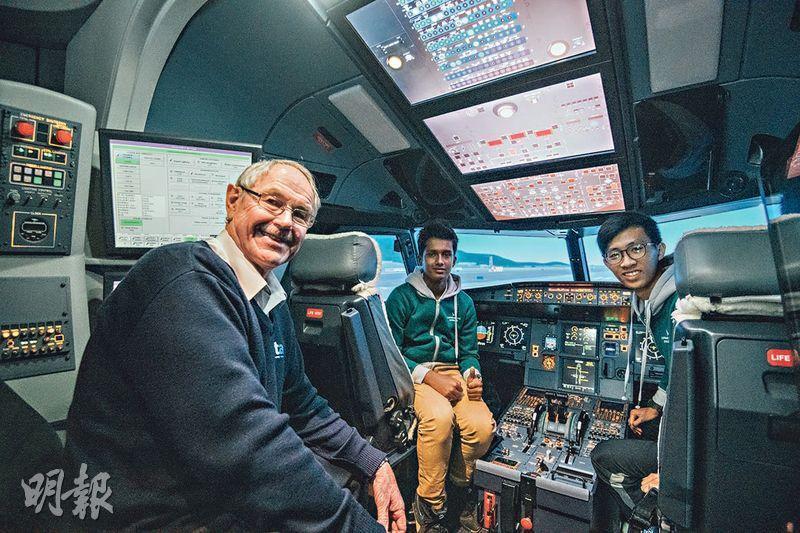 模擬駕駛——今年中六畢業的鄭澤斌(右)和升中四的Mohammed Farhan Newaz(中)都矢志成為機師。參觀飛行訓練學校時,他們在模擬駕駛艙內控制儀器,過足飛行癮。(馮凱鍵攝)