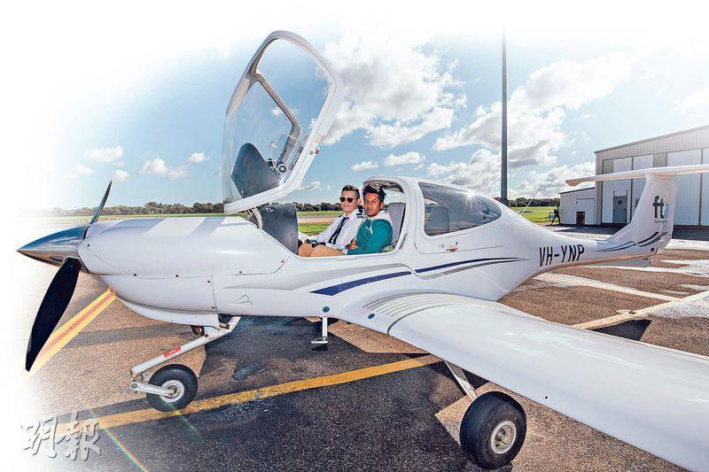 「飛」一般體驗——Mohammed Farhan Newaz(右)指試駕飛機是澳洲之旅最深刻的體驗,大讚飛行的感覺amazing。(馮凱鍵攝)