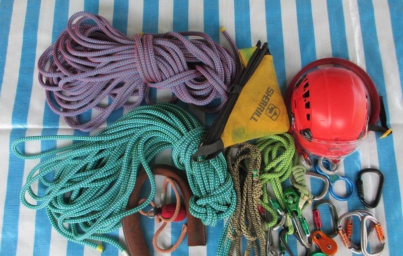 各式攀樹安全扣和工具。
