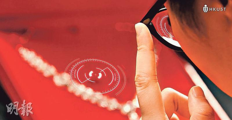 科大學生在短片中模仿電影《盜海豪情:8美千嬌》情節,化身「大盜」,戴上眼鏡「掃描」珠寶。(科大提供)