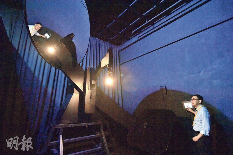 實驗室——Intertek專門檢測LED燈具及燈泡的實驗室有很多儀器及房間,測試範圍包括能源效益、顯色指數、光度衰減速度等等。圖中有鏡的黑房就用來分辨燈泡屬指向性還是非指向性。(楊柏賢攝)