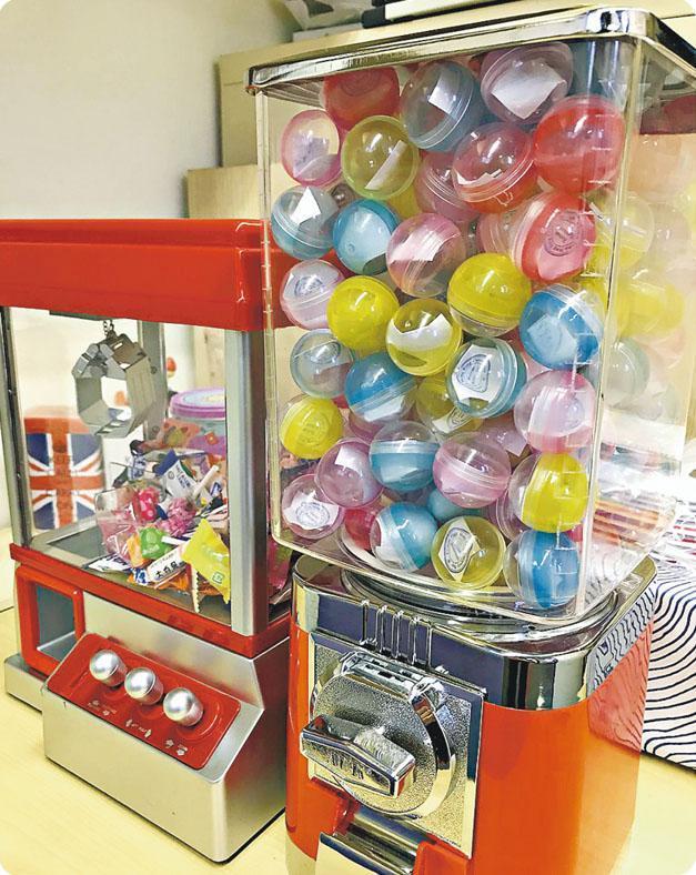 籌辦員工活動是HR的日常工作,但Julia會從細節入手,令同事感受到「小確幸」,例如網購扭蛋機代替抽獎箱,以夾糖機代替派糖。(受訪者提供)