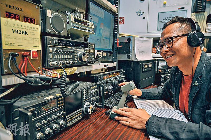 HARTS的無線電通訊支援服務中心,設有講座空間及小小無線電控制室,Rudy以電腦遙控操作可以張開和升高中心門外的兩座天線,和世界各地業餘電台聯繫。VR2HK就是HARTS的電台。(蘇智鑫攝)