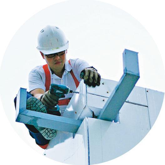 救人要用電鑽?不是啊,這是Rudy和一班無線電會員,一項不可思議的任務,就是大家一手一腳,一鑽一釘,平地建設了現時位於茶果嶺的無線電通訊支援服務中心(Communication Support Services Centre)。HARTS分別於山頂、大老山、大帽山、天水圍及西貢(與香港少年領袖團合作)架設共5組VHF及UHF的業餘無線電中繼站,中繼站利用高位優勢,加強無線電波的覆蓋距離。(受訪者提供)
