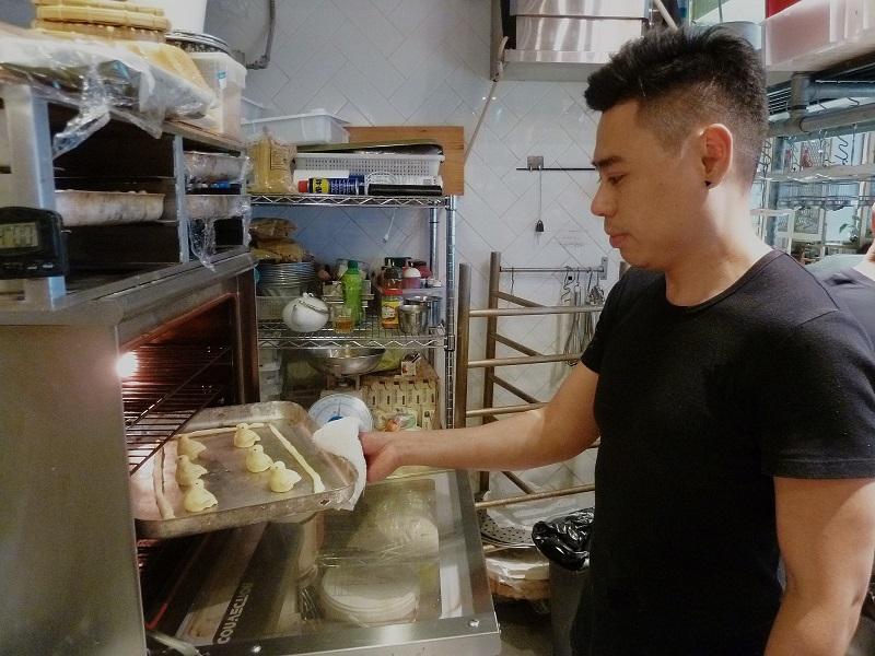 新派點心店二廚李頌瑋認為,若能在造型設計、材料方面加入創意及多花心思,為傳統中式點心添上新元素,能開拓年輕人客源,有助中式點心發揚光大。