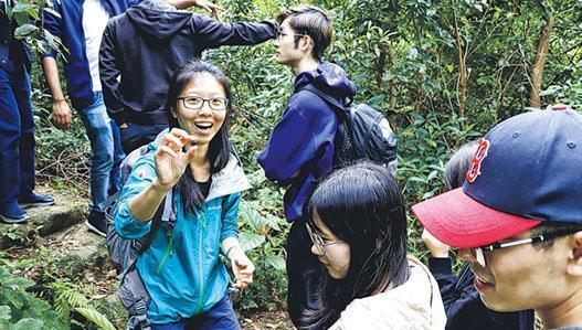 一粒種子看香港歷史。Janice(淺藍外套者)拾起的種子叫黧蒴錐,它本是原生植物,二戰後港英政府重新種植樹林,種了很多外來物種,後來才意識到需種植本地物種,而黧蒴錐需人工種植,帶出香港現時森林的問題。(受訪者提供)
