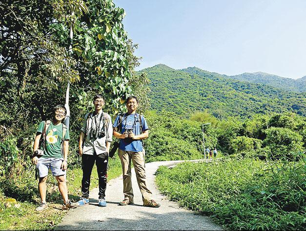 - Janice說,OWLHK 4個創辦人從沒有大合照,千辛萬苦才找到這張有3人,左起為劉特銓、馬昀祺、沈鼎榮,「我們都畢業於港大『生態學及生物多樣性』學科,算是師兄弟妹」。(受訪者提供)