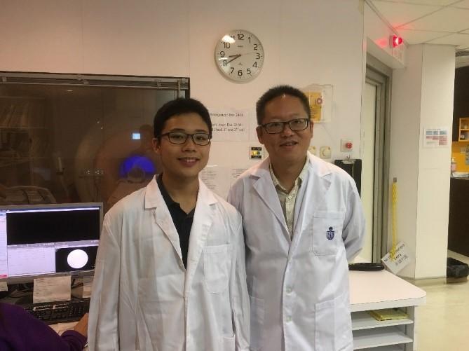 蘇孝宇教授 (圖右) 和同學一起在醫院進行功能性磁力共振造影研究。(圖由受訪者提供)