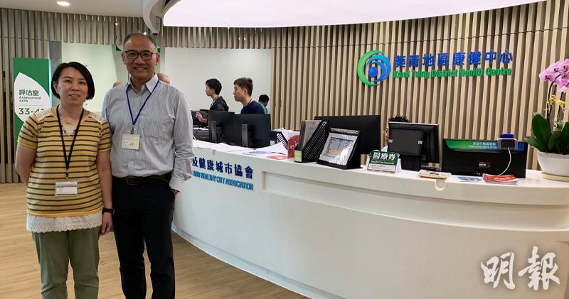 中心社工馮翠嬋(左)、葵青地區康健中心執行總監潘經光(右)(朱韻斐攝)