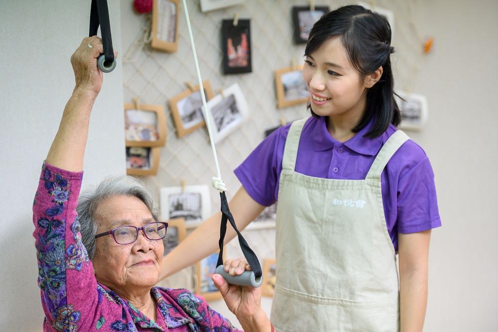 長者社區照顧服務主要包括日間護理中心、改善家居及社區照顧 / 綜合家居照顧等服務,讓長者在熟悉的社區及家居環境中接受照顧、護理、復康訓練和參加社交活動。有業界人士估計對復康助理的需求會增加。