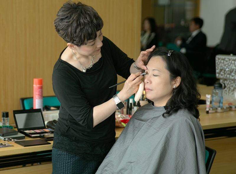化妝師的工作不只描畫妝容,更要兼任形象顧問,故宜具備多元技術和多實戰。