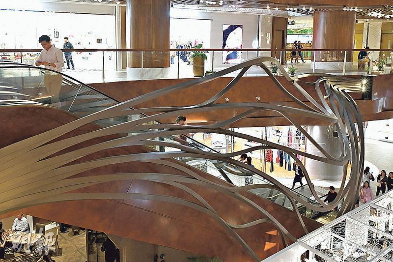 LAAB設計雕塑Escalating Climbers,坐落K11 MUSEA扶手電梯旁,仿照樹枝縱橫交錯。(鍾林枝攝)