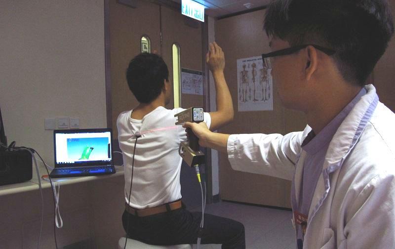 義肢矯形師利用立體掃描器為病人身體取模,以製作康復所需矯形器。
