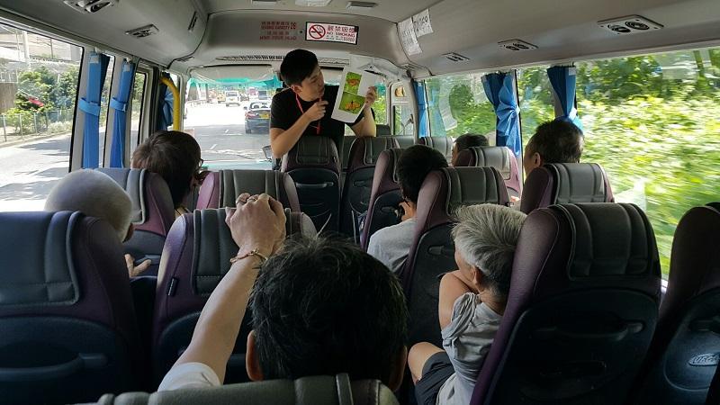 圖為林梓蔚跟服務對象郊遊,鼓勵他們踏出社區,以及用正當的方式追求有意義的目標。