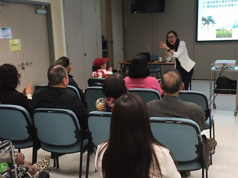 陳嘉玲 (拍掌者) 在醫院舉辦健康講座及病人支援小組,讓大家發揮互助精神,提升正能量。