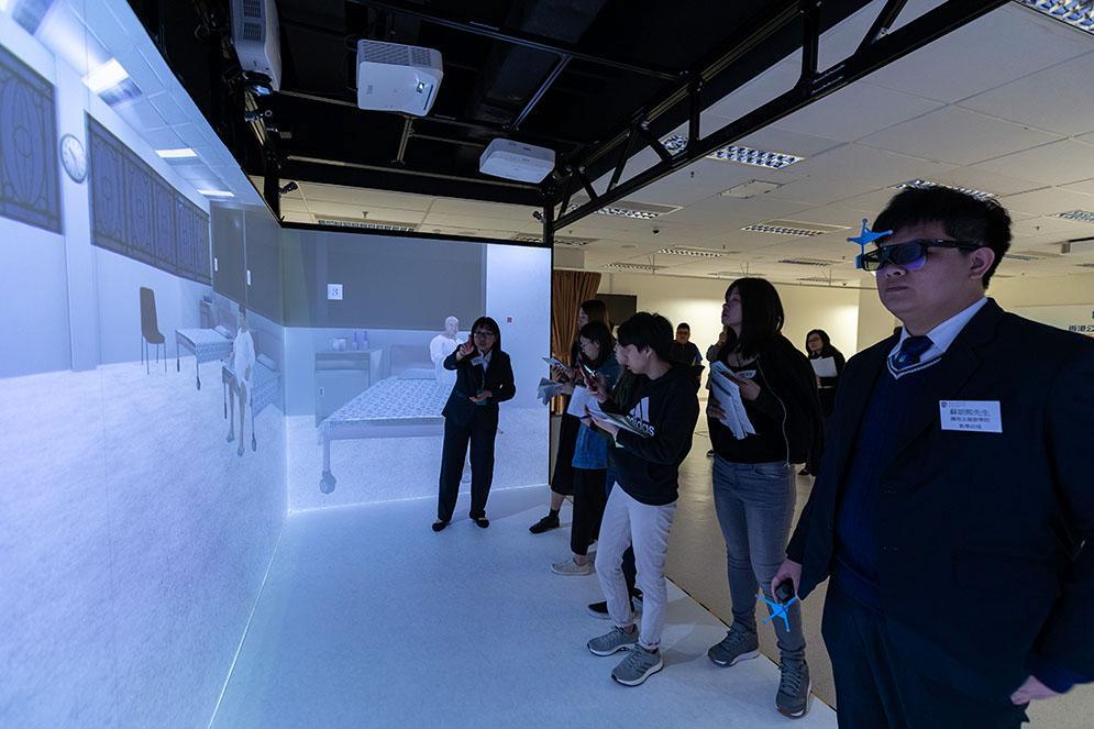 學院引入了「VR Cave 教學系統」,可模擬不同場景如病房內發生的突發情况,並容許多名學員同時進入同一場景體驗,促進互動教學。