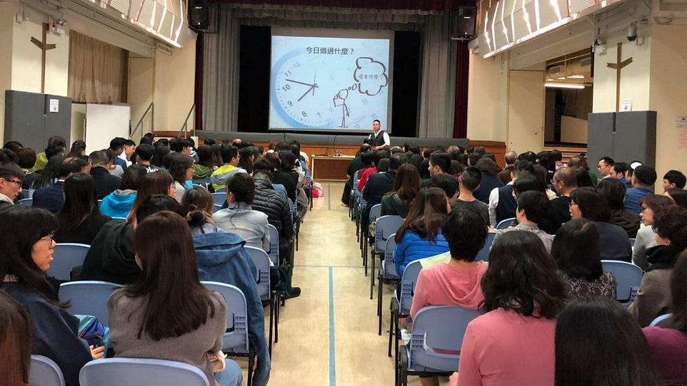 導師會利用例子教授不同的敘事治療技巧,並設課堂討論,讓學員在實踐中應用所學。
