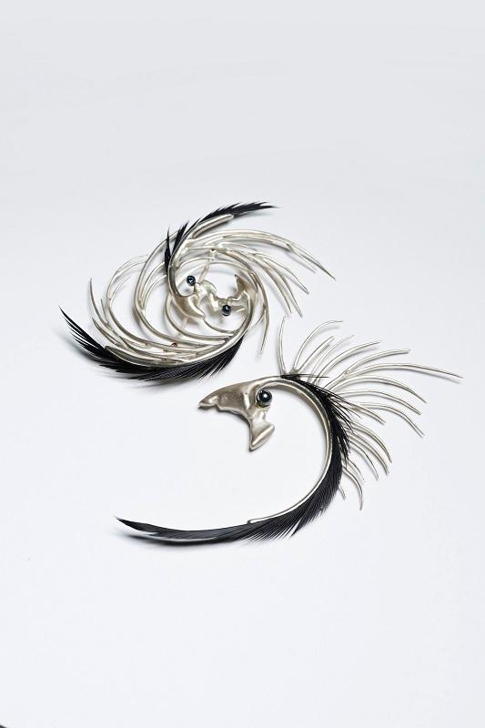 由珠寶設計專業文憑課程畢業生設計的作品。名為「The Dream Chaser」的襟針,作品設計靈感源於鸚鵡羽冠,表達因追求實現夢想而產生的興奮與憂慮,彰顯情感衝突。