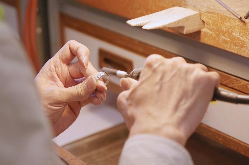 珠寶製作涉及很多技巧,課程也會教授如金屬打磨和塑型等技術。