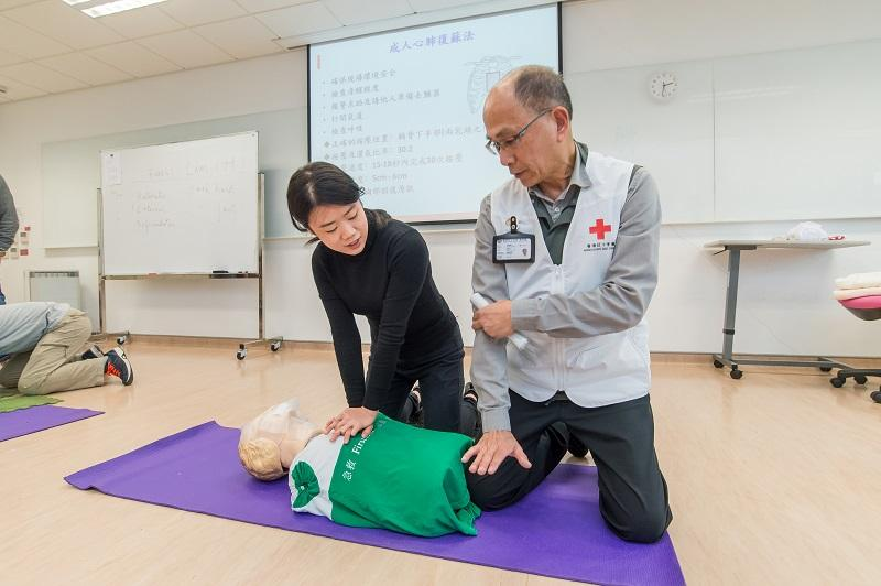 當發生危險事故或意外時,掌握急救或心理急救技巧,無論在工作或生活上也可助人自助。(圖由香港紅十字會提供)