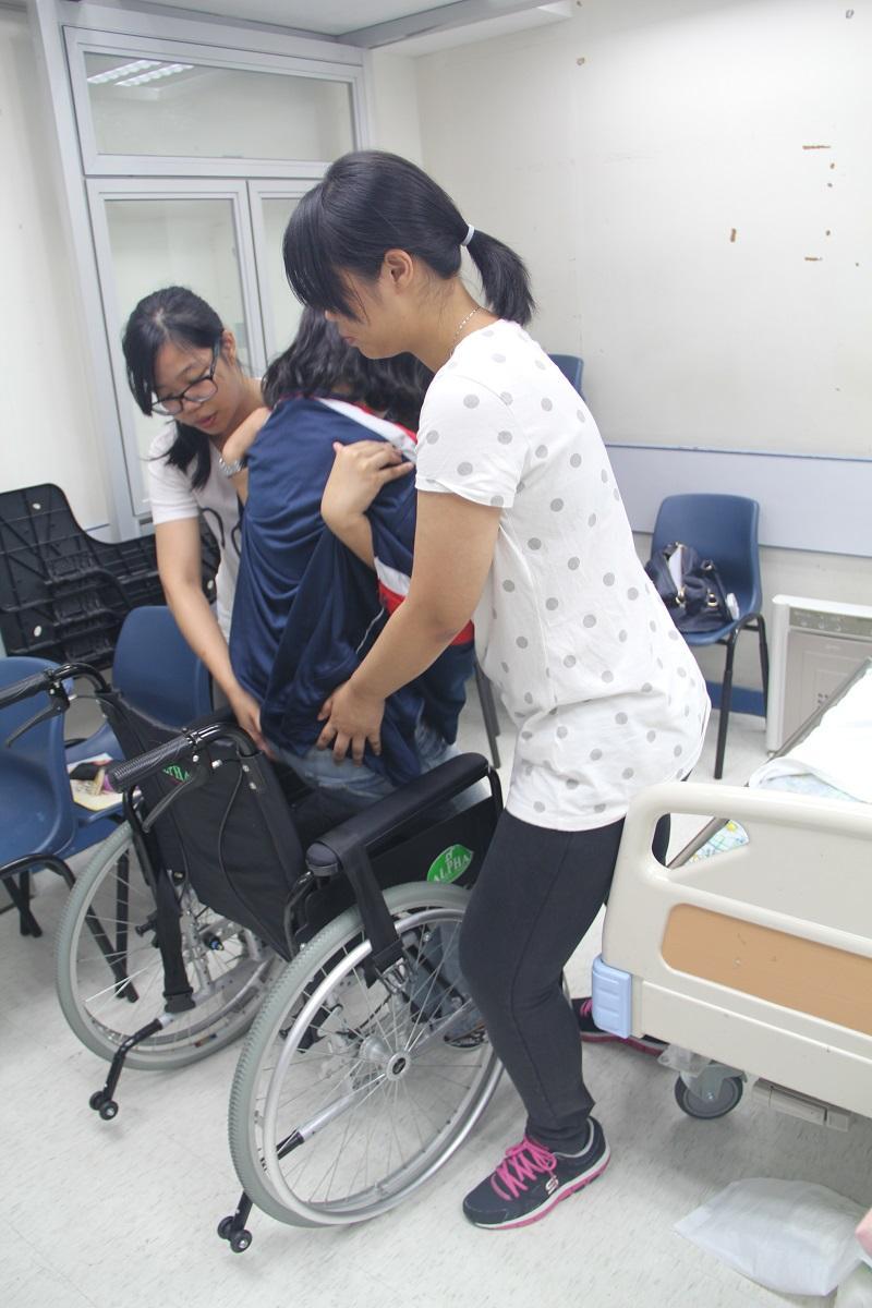 病人服務助理是病房不可或缺的一員,導師在課堂上會教授各種實務,如扶抱、餵食等照顧技巧,還需掌握各類儀器和工具的應用等 (圖由 HKEDS 提供)。
