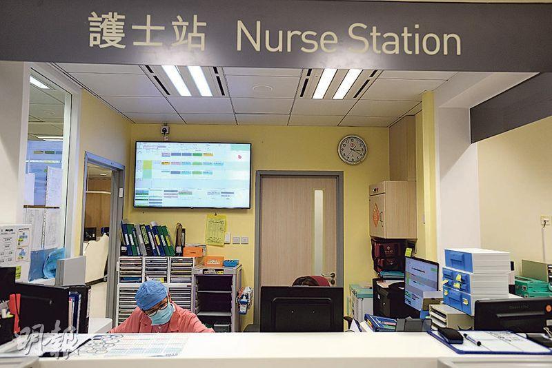 將軍澳醫院新擴建的日間手術中心,首引入「智能儀表板」(後方),會運算出哪名護士應該配對哪名病人。(楊柏賢攝)