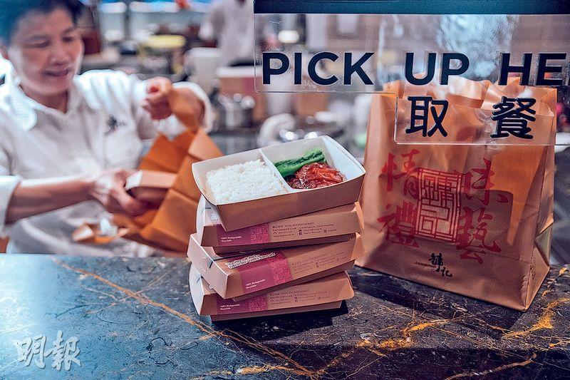 爭分奪秒——分秒必爭的lunch time用在排隊等位未免太浪費了,直接外賣一盒燒鵝飯便快靚正,省下時間還能散步回辦公室。(馮凱鍵攝)