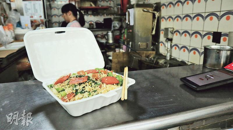 招牌炒飯——利口福的招牌飯款「利口福炒飯」有40年歷史,米飯經蛋汁和牛油炒香,配料是平凡不過的午餐肉、火腿、腸仔及生菜絲,卻是別有一番風味。($42)(黃嘉希攝)