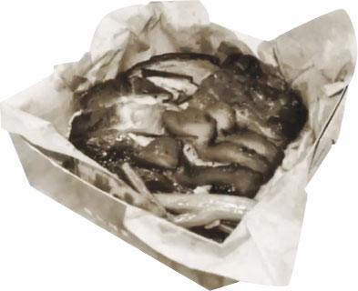 1960s紙飯盒——鏞記酒家在1960年代出品的第一代紙飯盒, 燒味飯置於牛油紙上收吸油及保溫之效。(圖為黑白照片,鏞記酒家提供)