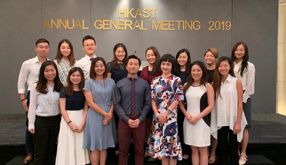 現時香港言語治療師協會擁有 800 多名會員。(圖前排左四為該會主席黎敬樂,後排左四是副主席馮楚雯)