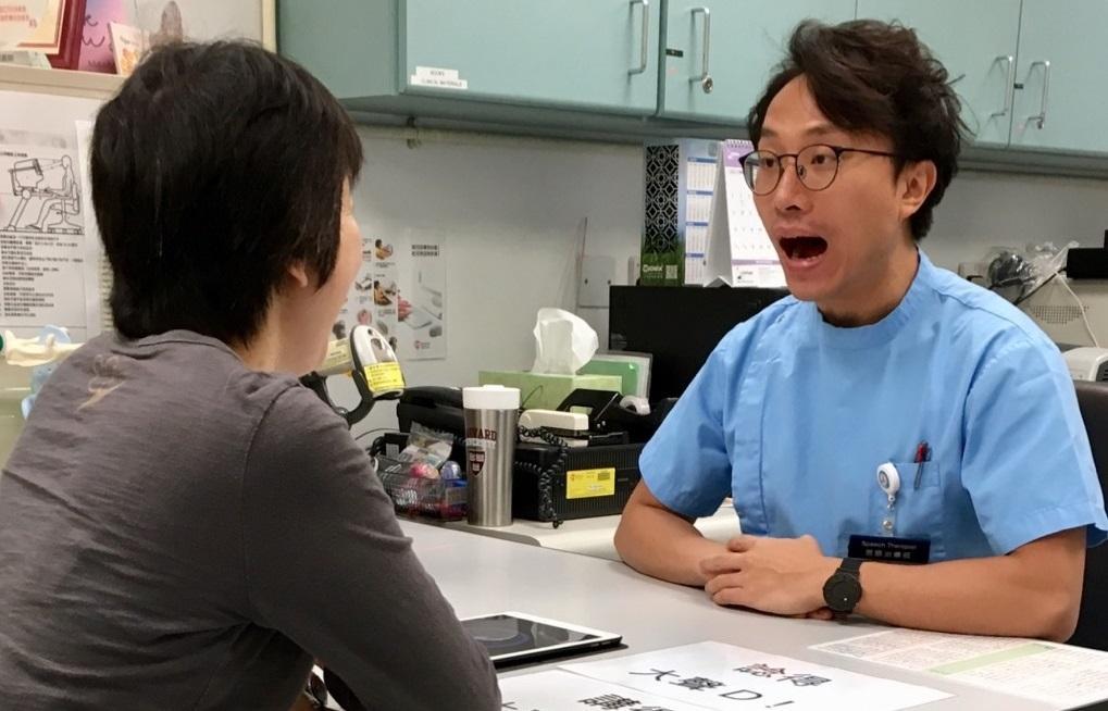 黎敬樂 (圖右) 表示,言語治療師的服務對象廣泛,其中從事成人和長者範疇者,工作包括跟服務對象做吞嚥和言語訓練。