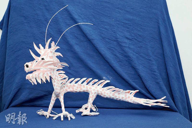 製龍最難——南公公笑言,在眾多動物玩偶之中,龍的製作難度最高,尤其是龍身上的尖角,每塊都是人手黏上。(曾憲宗攝)